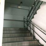 ถ้าไม่อยากรอลิฟต์ สามารถเดินอ้อมลิฟต์ไปขึ้นบันไดได้